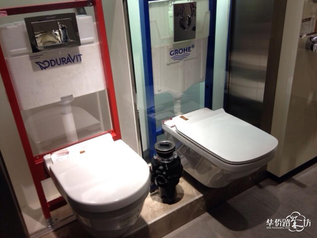 两个卫生间都是墙排马桶