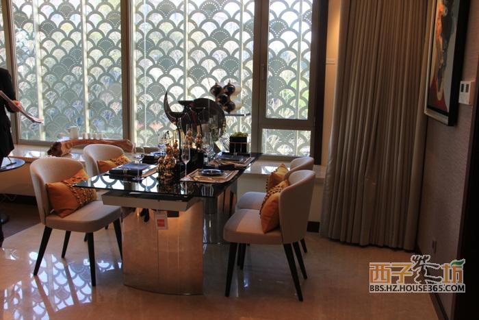 下图为绿地华家池1号87方a1户型样板房的客厅,客厅朝南,外接景观