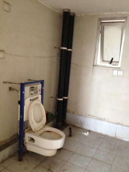 卫生间里要安装墙排马桶
