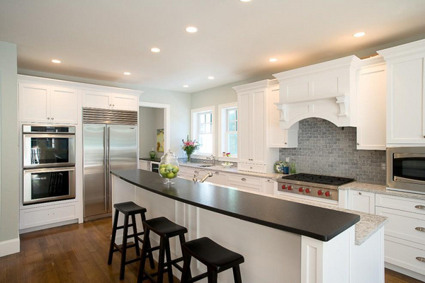 这款别具一格的厨房装修设计是欧式田园风格,原木色的墙面以及橱柜,都