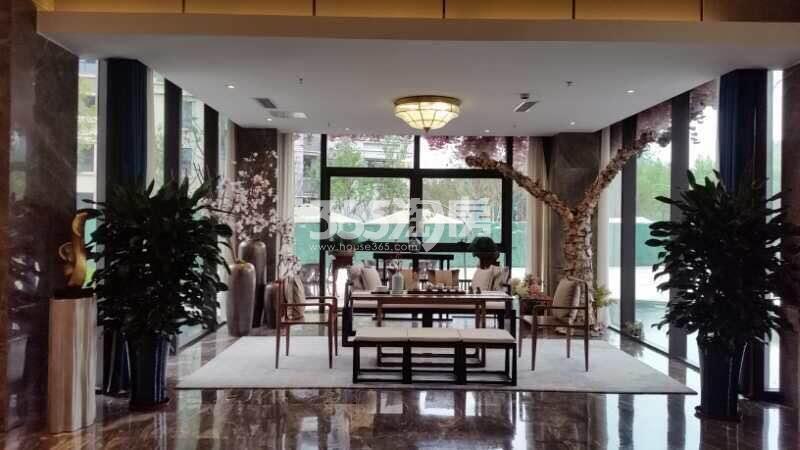 信达公园里售楼部休闲区实景图(9.29)