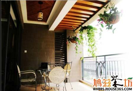 客厅阳台装修效果图:在阳台靠墙壁的位置放上书架,搭配简约的装修